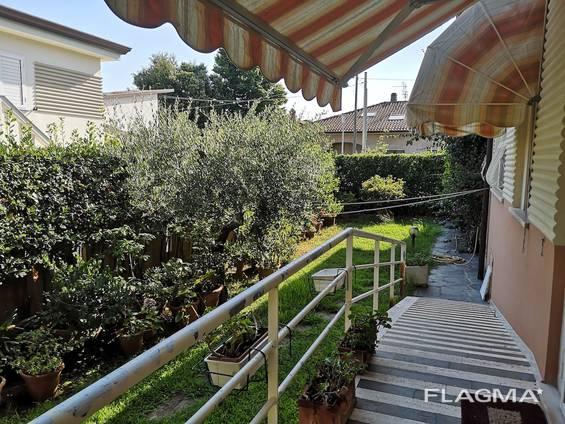 Двухэтажная просторная вилла с лифтом и просторным садом