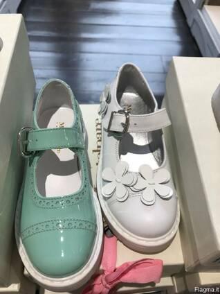 Сток детской летней обуви . Италия